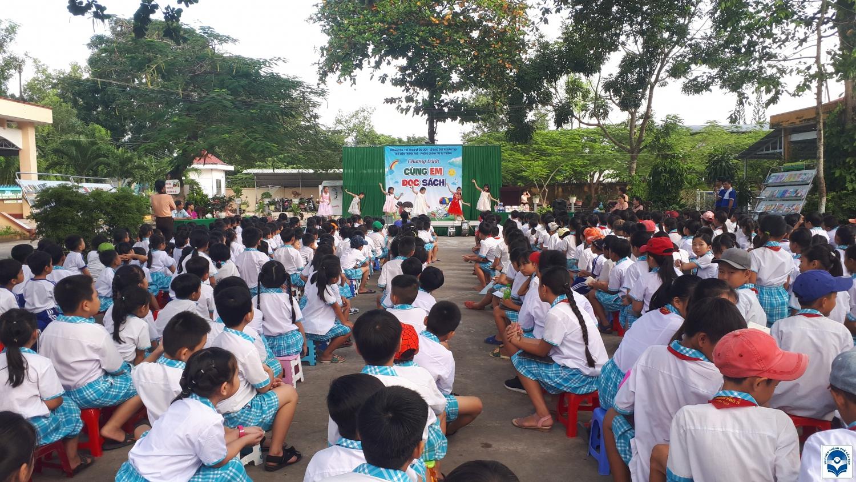 """Chương trình """"Cùng em đọc sách"""" tại trường tiểu học Thạnh Phú 3, huyện Cờ Đỏ."""